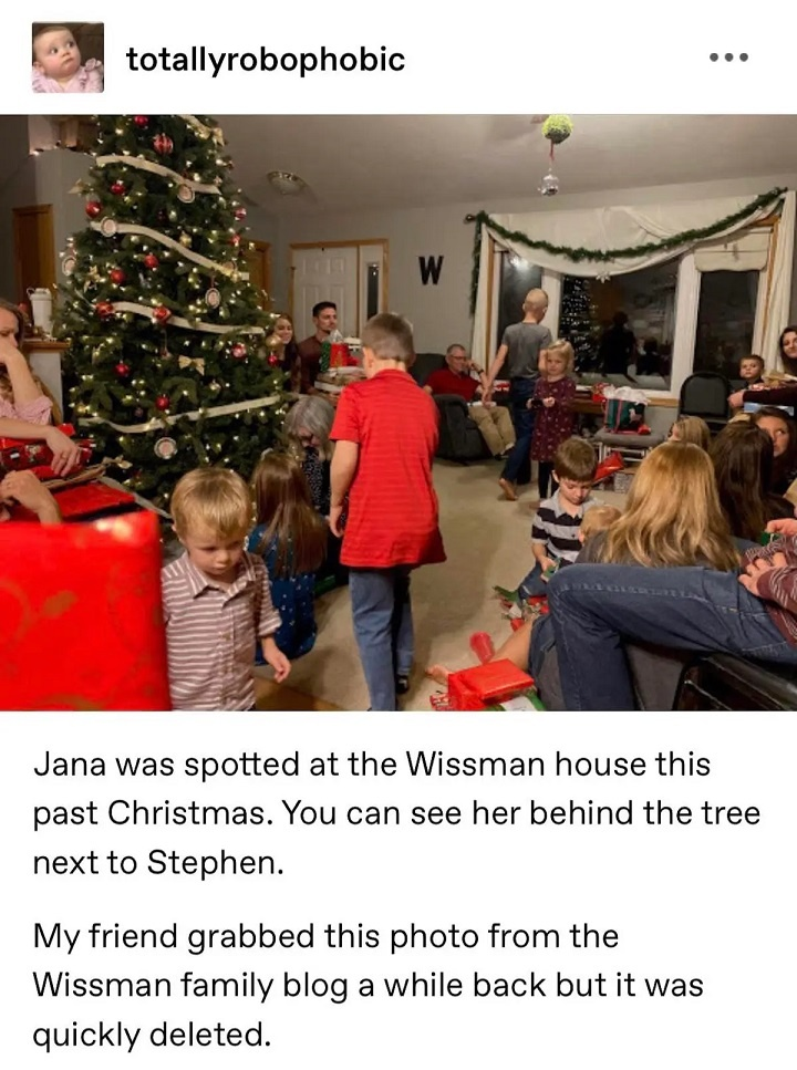 Jana Duggar is seen sitting next to potential suito Stephen Wissmann in a couch in their home during christmas.